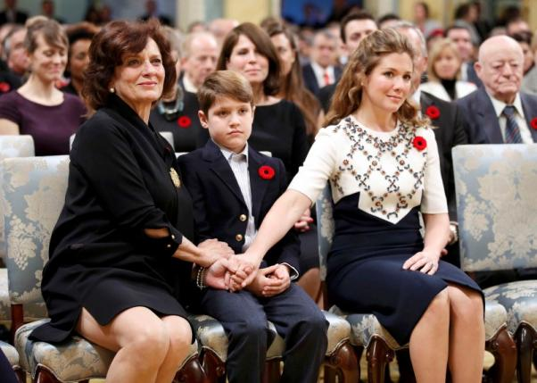 Justin Trudeau's wife Sophie Gregoire (R), son Xavier and mother Margaret (L) hold hands before he is sworn-in as Canada's 23rd prime minister during a ceremony at Rideau Hall in Ottawa November 4, 2015.  REUTERS/Chris Wattie
