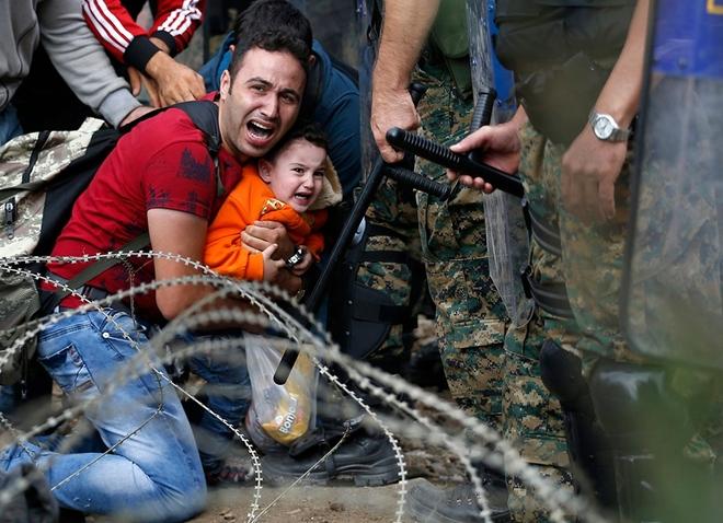 مهاجر سوری و پسرش نسبت به حضور نیروهای ضدشورش در مرز مقدونیه واکنش نشان داده اند.