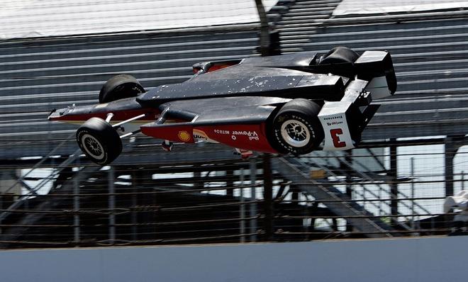 خودرو راننده برزیلی هلیو کاسترونوس در جریان دور تمرینی مسابقات ایندیاناپلیس پس از برخورد به دیواره واژگون شده