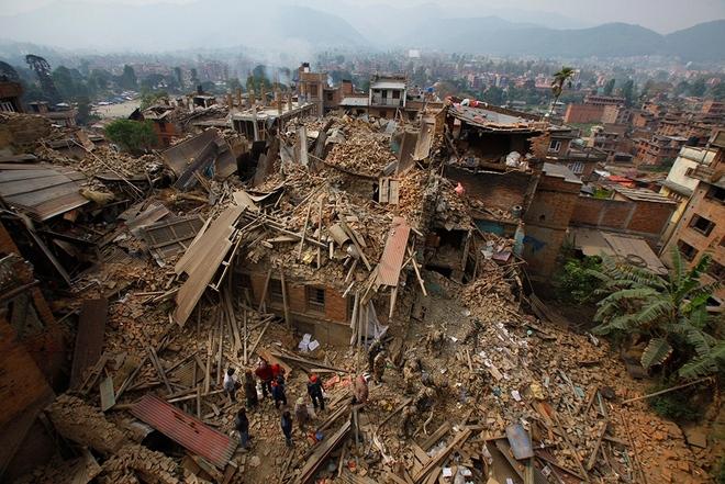 نیروهای امدادی در جستجوی قربانیان زلزله شدید کاتماندو