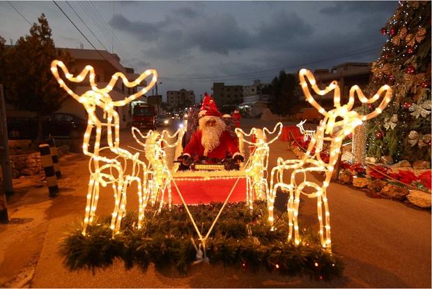 مردی با لباس بابانوئل در شهر جلیه در جنوب لبنان