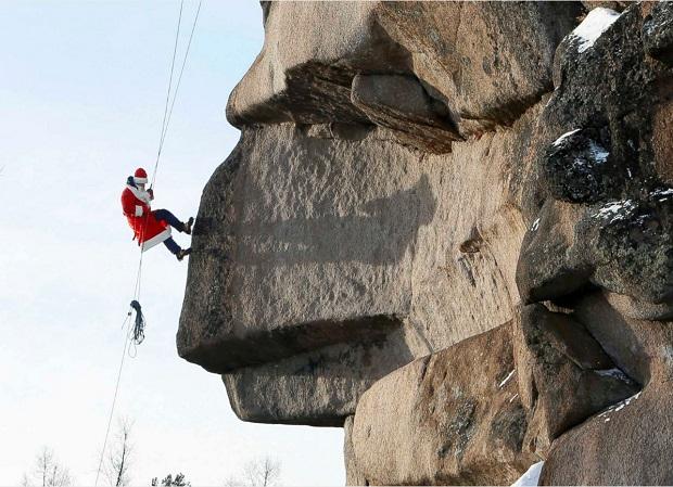 یکی از اعضای تیم سنگ نوردی پارک حفاظت شده استولبی در روسیه با لباس بابانوئل