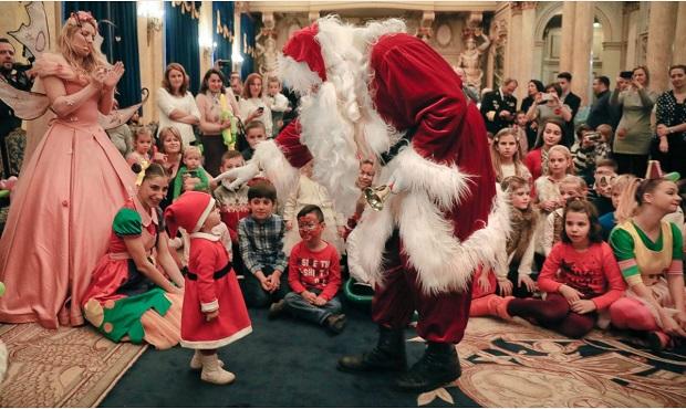 گفتگوی بابانوئل با مایا 19 ماهه در شهر بخارست رومانی
