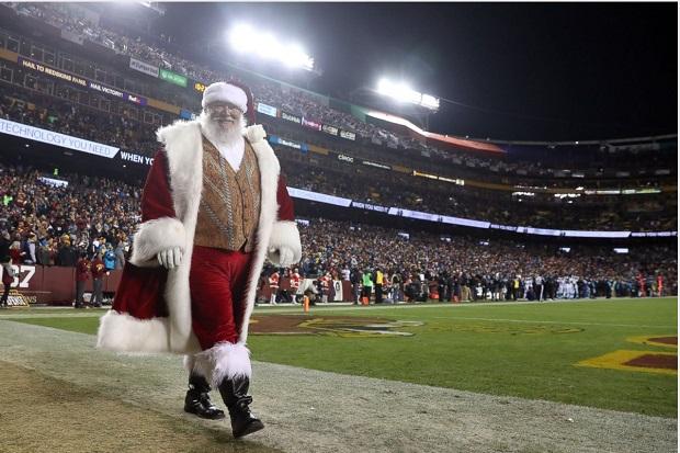بابانوئل در کنار زمین بازی تیمهای واشنگتن رداسکینز و کاریولاینا پنزرز در شهر لنداور