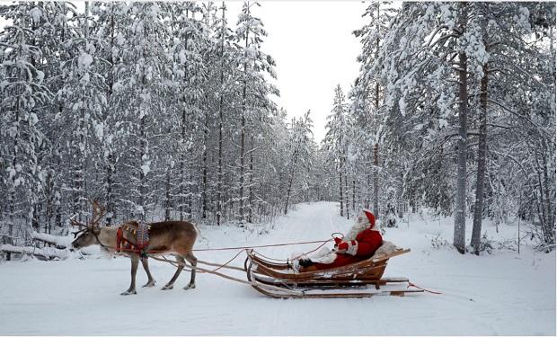 بابانوئل با هیبتی کاملا کلاسیک و گوزن مشهورش در شهر روان لمنت فنلاند