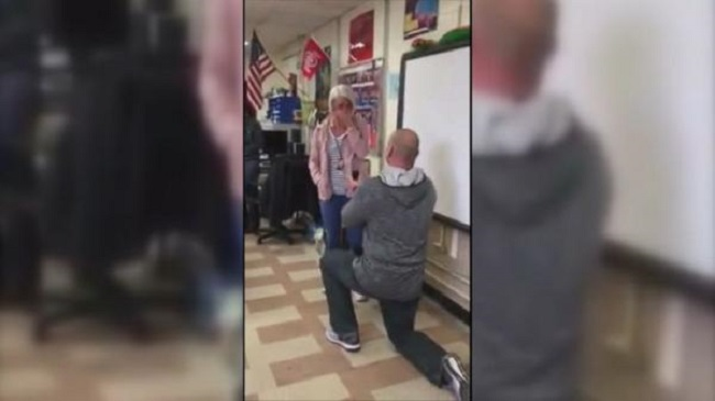 5th graders freak out as teacher proposes to fellow teacher in front of class