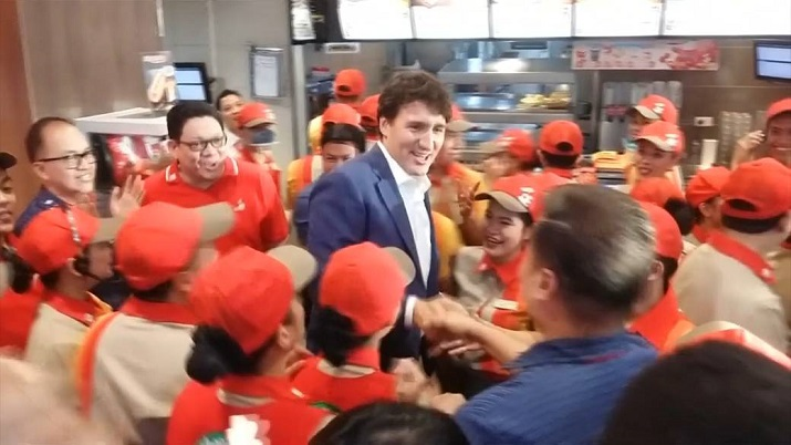 Justin Trudeau given celebrity treatment while ordering fried chicken in Philippines
