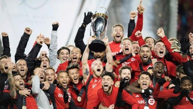 mls-cup-toronto-fc-trophy-lift