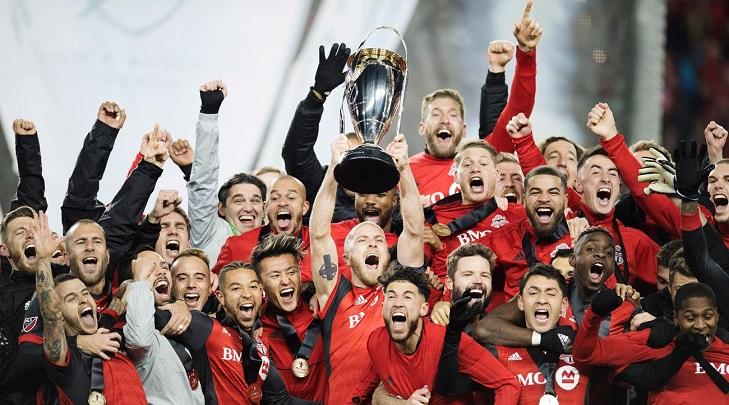 mls-cup-toronto-fc-trophy-lift