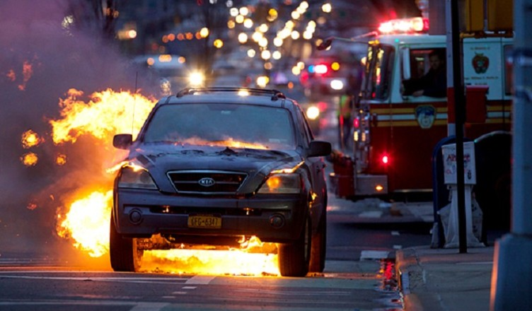 A Kia Sports utility vehicle caught fire February 20, 2014 and then exploded into a fireball on 1st Avenue and 38th Street in Manhattan, New York, USA.