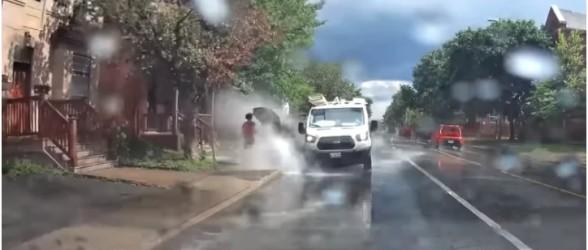 راننده خودرو ون که به عابران در اتاوا آب پاشیده بود،از کار اخراج شد(فیلم)