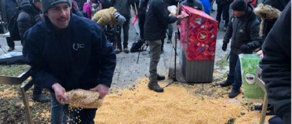 کشاورزان در اعتراض به اعتصاب کارکنان راه آهن با خالی کردن کیسه های ذرت در خیابان خواهان واکنش دولت فدرال شدند