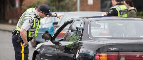احتمال تغییر قانون« رانندگی در حین حواس پرتی» بعد از لغو شدن جریمه راننده ای که گوشی را در حال شارژ روی پایش گذاشته بود!