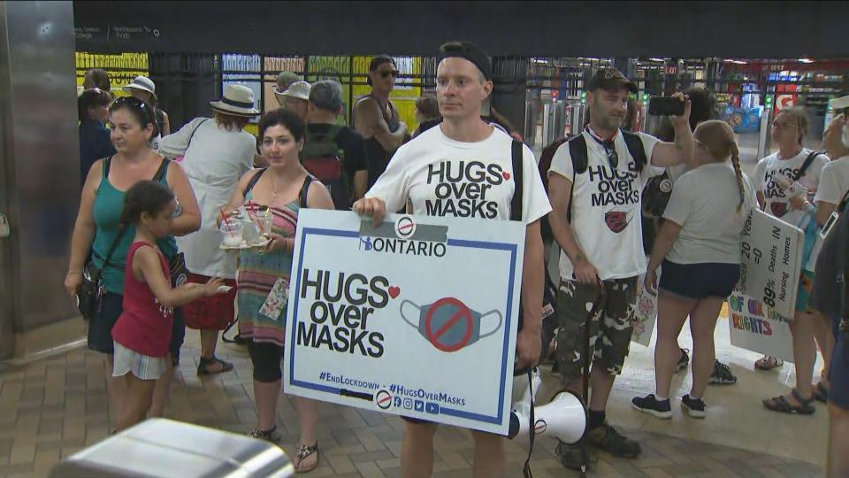 اعتراض گروهی از شهروندان به استفاده اجباری ماسک  در مترو تورنتو