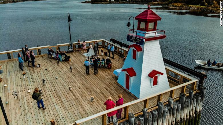 زوجی در کنار رودخانه مرزی آمریکا-کانادا ازدواج کردند تا مهمانان از هر دو کشور بتوانند شرکت کنند