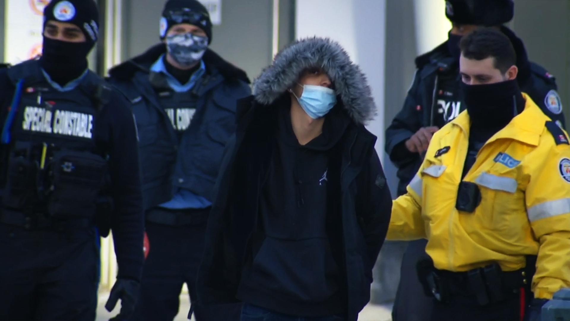 دستگیری چهار نفر به اتهام پرتکردن چند بطری از بالکنی در تورنتو