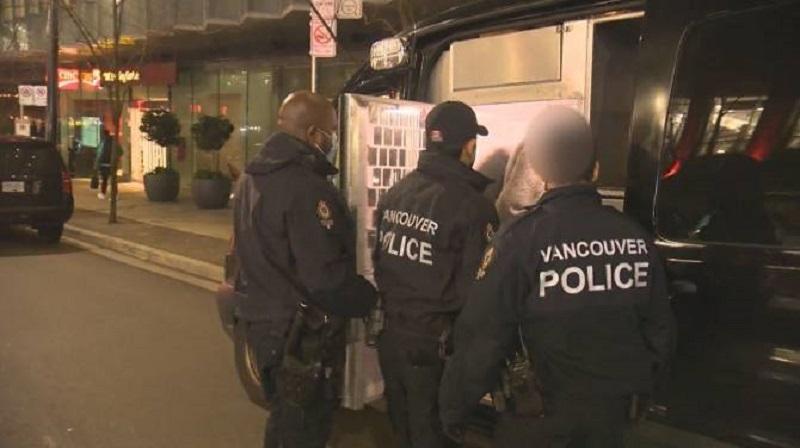 مالک ایرانی-کانادایی پنت هاوس چند میلیون دلاری که هفته قبل از پلیس ونکوور شکایت کرده بود،دیشب به اتهام برگزاری پارتی با 77 میهمان دستگیر شد