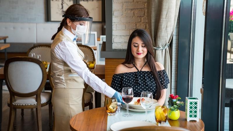 انتاریو تنها منطقه در آمریکای شمالی است که  هنوز غذاخوردن در رستوران سرپوشیده را مجاز نمی داند