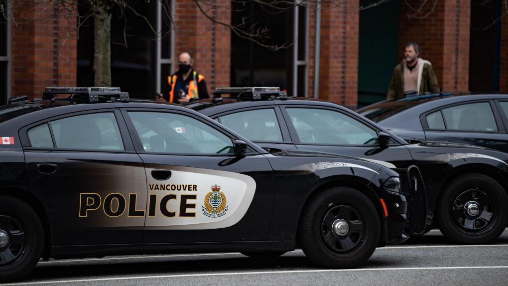 دو  افسر پلیس ونکوور هنگام رسیدگی به گزارش حبس اجباری چاقو خوردند