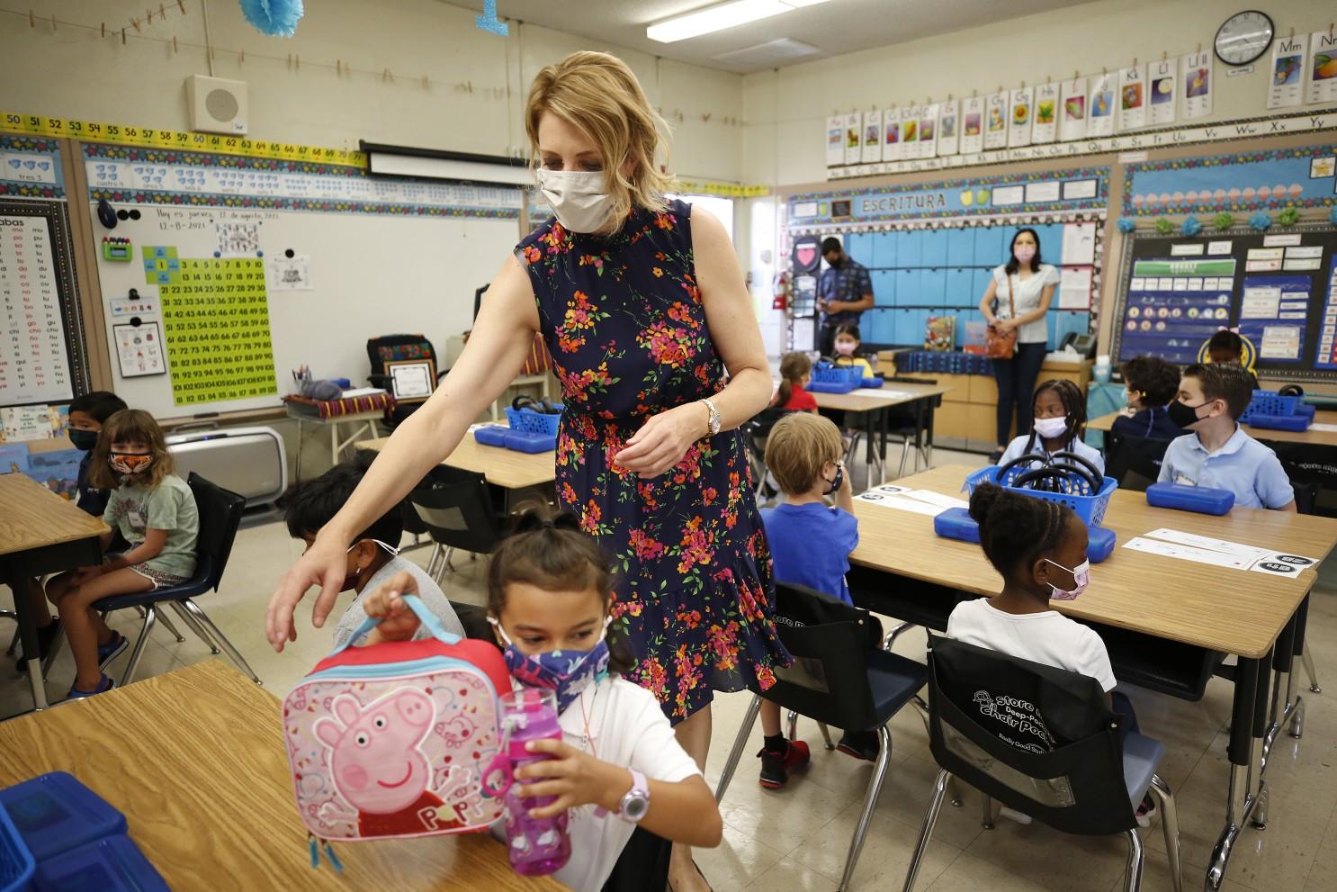 آیا لازم است بریتیش کلمبیا واکسیناسیون و زدن ماسک را برای کارکنان مدارس اجباری کند؟