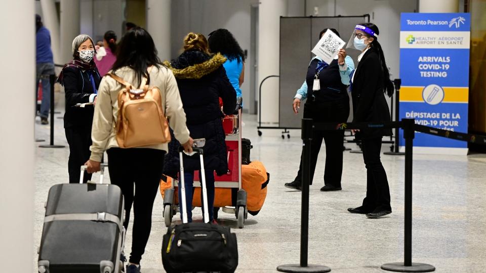 مسافران به دلیل محدودیت ظرفیت  فرودگاه پیرسون، گاهی اوقات ساعت ها در هواپیما رها می شوند