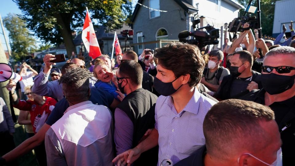 """معترضان به سمت ترودو سنگریزه پرتاب کردند اما رهبر لیبرال در برابر """"اوباش ضد واکسن"""" سر خم نخواهد کرد"""