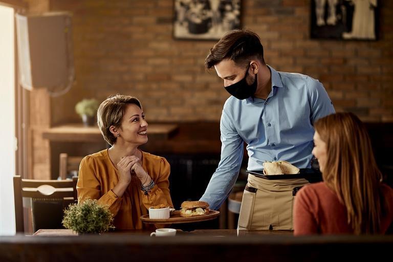 مدیران رستوران های کانادا می خواهند بدانند چرا رویدادهای ورزشی و کنسرت ها با ظرفیت کامل برگزار می شوند ولی رستوران ها اجازه ندارند پر باشند!